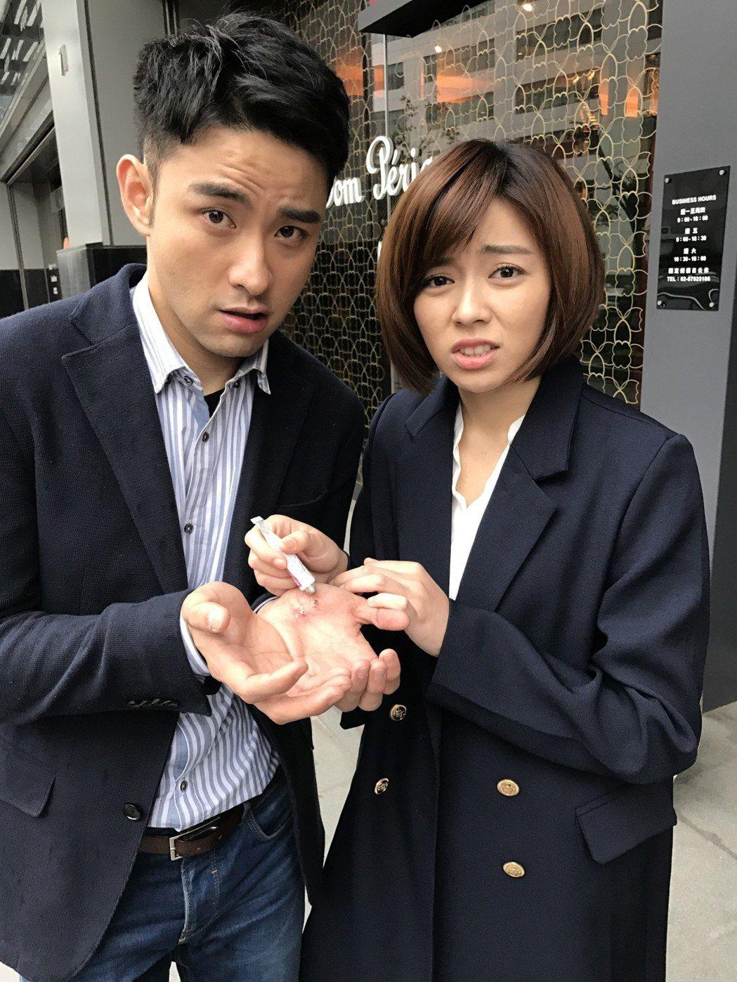 潘柏希(左)拍戲用力過猛手掌受傷,王瞳幫忙擦藥。圖/民視提供