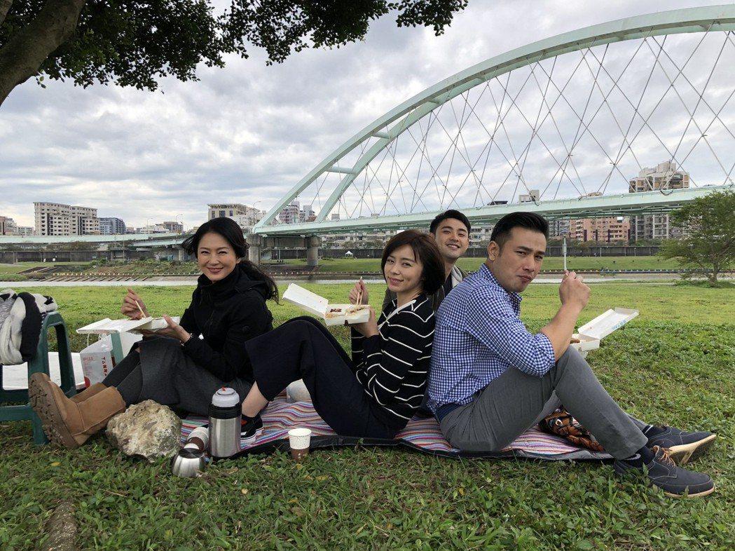 傅子純(右起)、潘柏希、王瞳、李之勤出外景拍攝野餐橋段。圖/民視提供