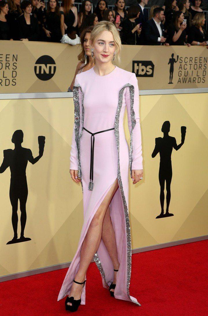 新科金球影后莎柔絲羅蘭穿上Louis Vuitton粉紅色禮服。圖/摘自Foot...