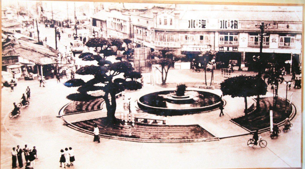 資深攝影家賴澄茂民國47年所拍,嘉義中央噴水圓環。(圖/本報資料照片)