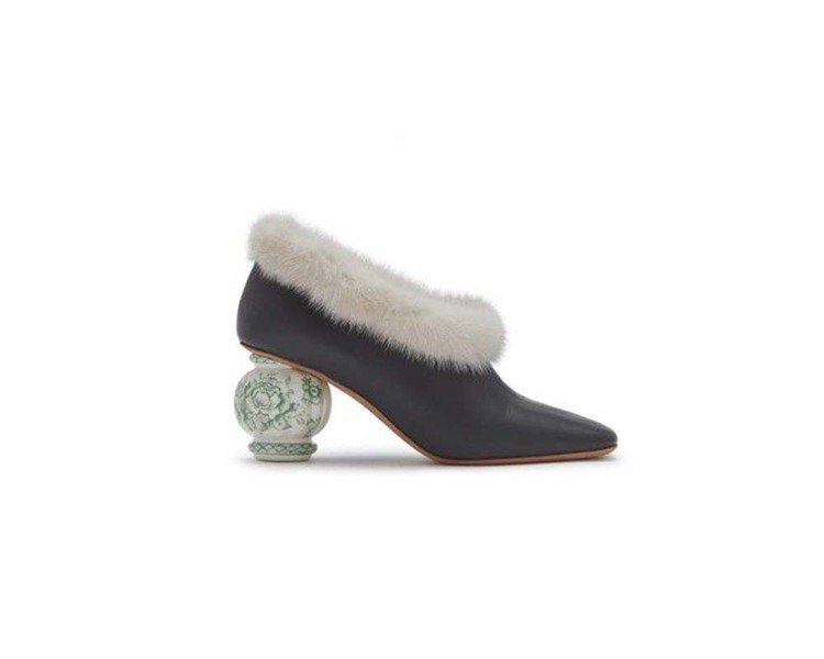 MULBERRY 2018春夏皮草鞋履搭襯瓷瓶意象跟鞋。圖/MULBERRY提供