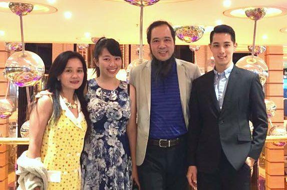 張楚(右2)和一雙台大畢業的兒女張仲宇(右1)、張希慈(左2),左1為張楚的妻子...
