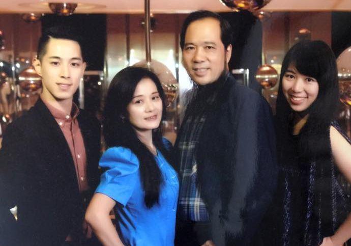 張楚(右2)和一雙台大畢業的兒女張仲宇(左1)、張希慈(右1),左2為張楚的妻子...