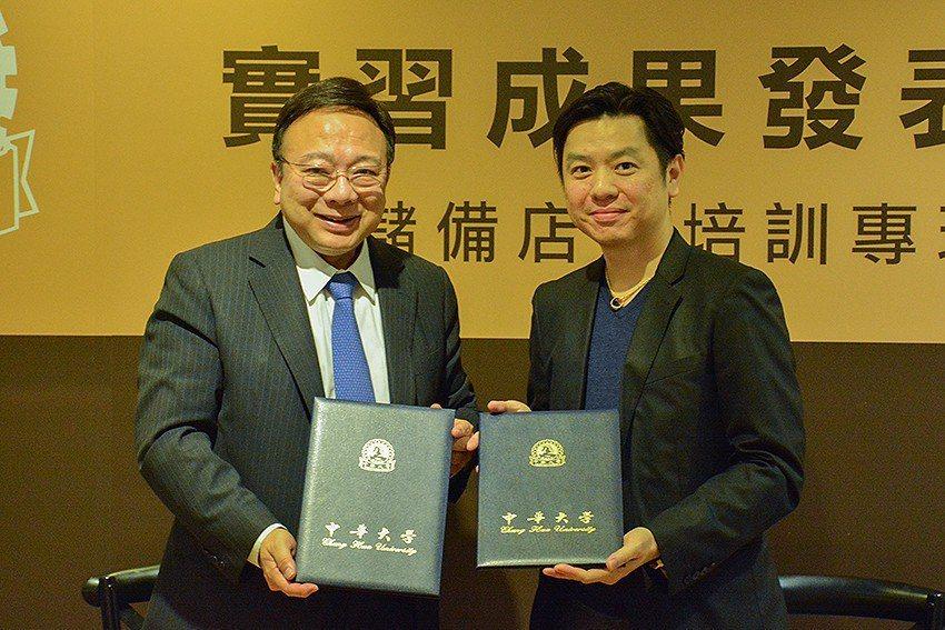中華大學校長劉維琪(左)與金鑛咖啡副總經理謝穎漢簽署產學合作,共同培養儲備店長與...