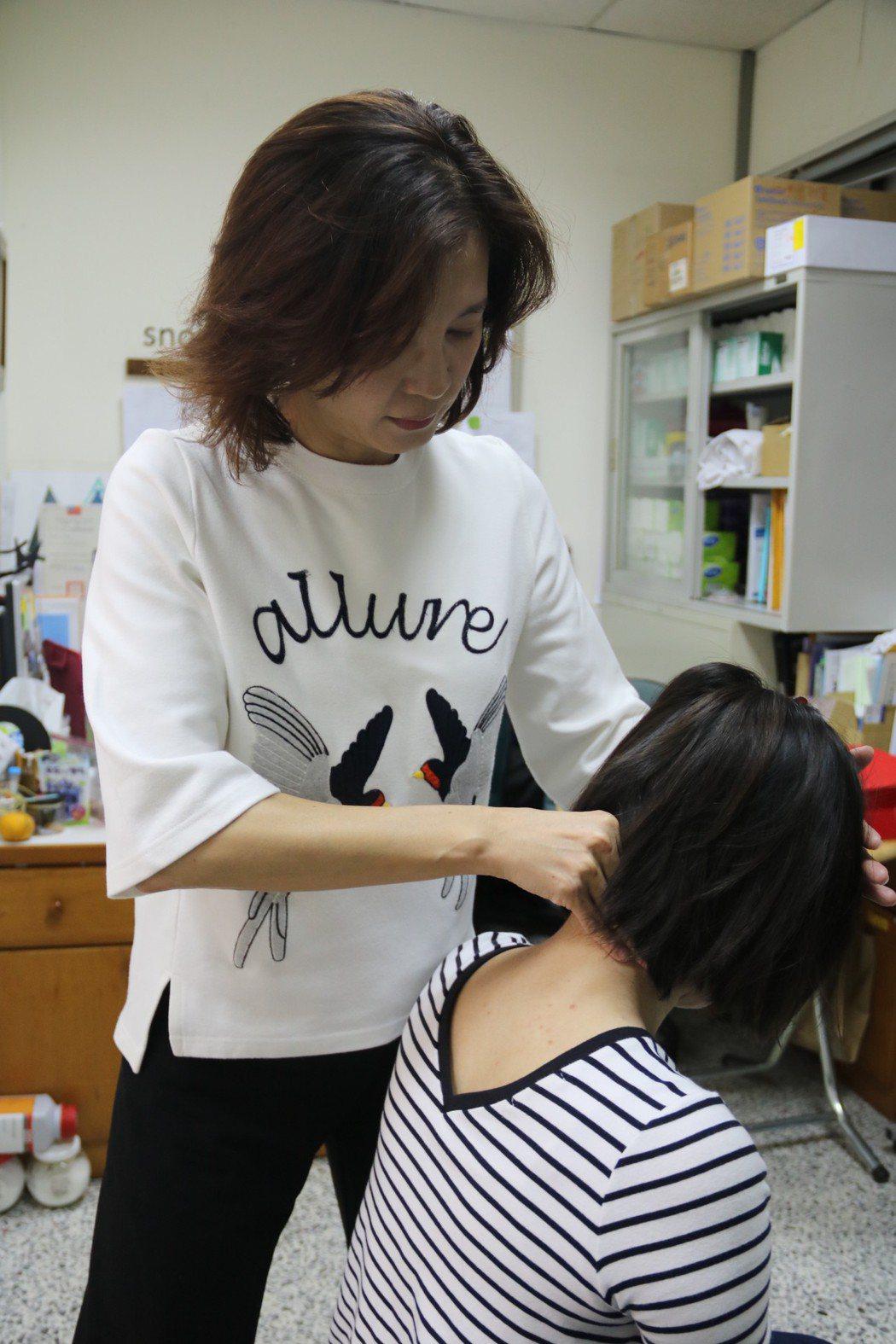弘光科大妝品系副教授施珮緹,過年前教大家自己按摩放鬆消除。 弘光/提供。