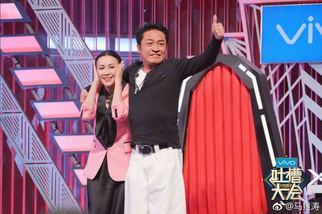 馬景濤(右)摟著劉嘉玲。 圖/擷自馬景濤微博