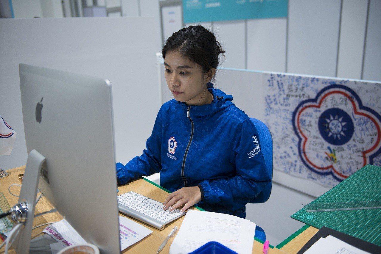 被稱為技能界奧林匹克的國際技能競賽,我國在平面設計技術職類獲得金牌,國手黃于貞比...