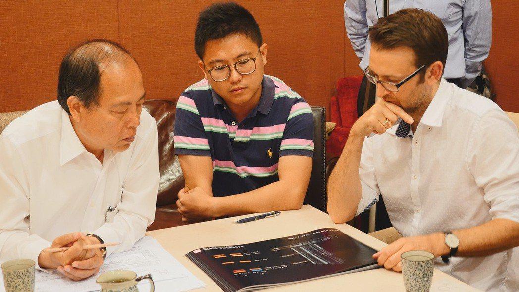 國城建設洪平森董事長(左)和國外團隊討論時,他的二兒子洪嘉聰(中)負責翻譯整合雙...