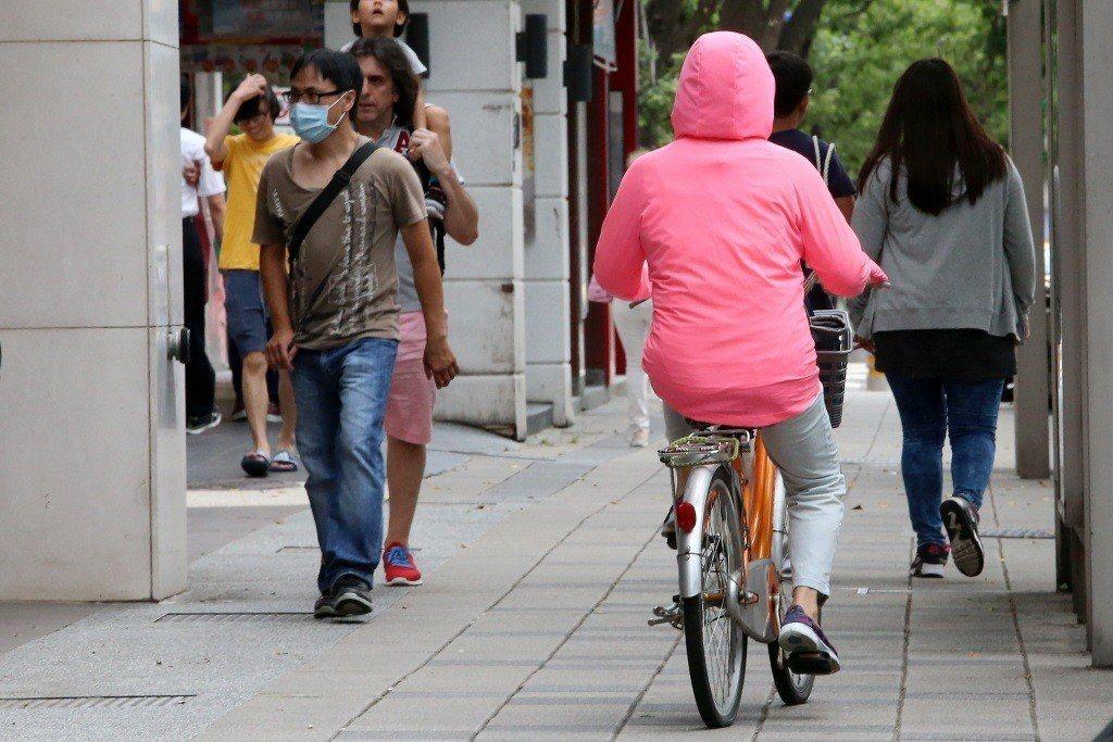 單車行駛人行道,亦是造成行人無法安心行走的問題。 圖/聯合報系資料照