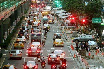 台灣都市設計以車優先,近來政府思維雖開始轉向但仍有漏洞,導致行人路權提升成效不彰。圖為2016年台北市復興北路人行道拓寬工程。 圖/聯合報系資料照