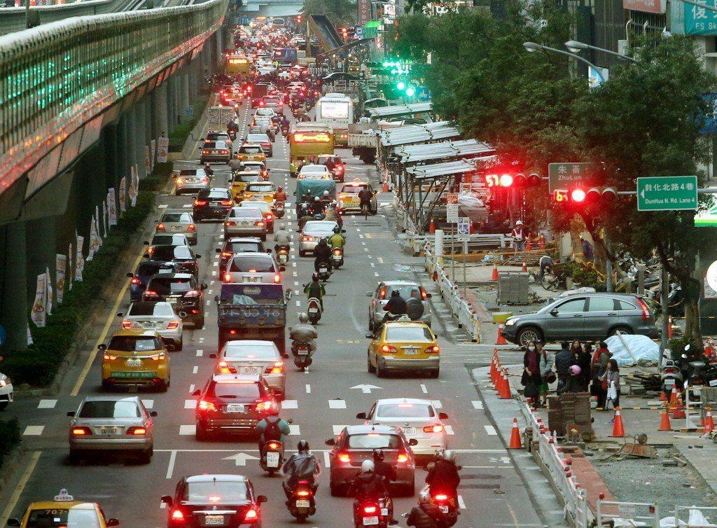 台灣都市設計以車優先,近來政府思維雖開始轉向但仍有漏洞,導致行人路權提升成效不彰...
