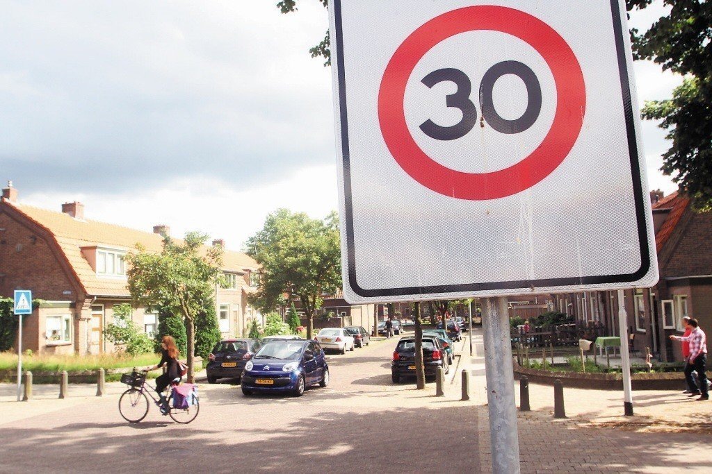 荷蘭的交通寧靜區,則是改變街道的設計,使車道由筆直變得迂迴、使路面由柏油改為地磚...
