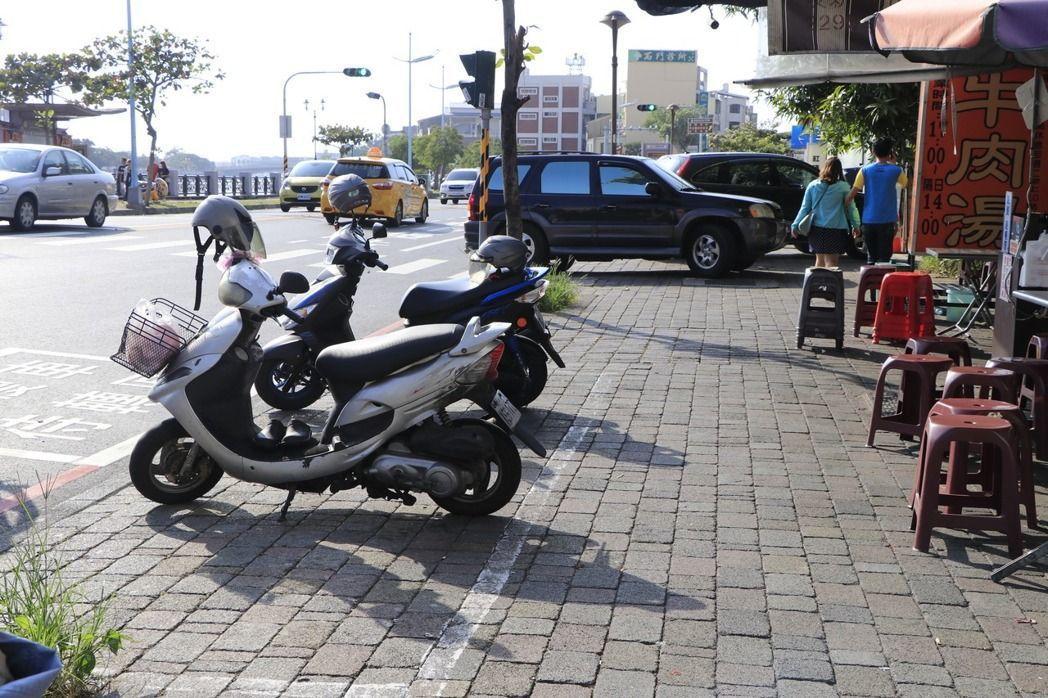 機車為何騎上人行道?為了要停車。政府在人行道劃設機車停車格,直接鼓勵民眾把人行道...