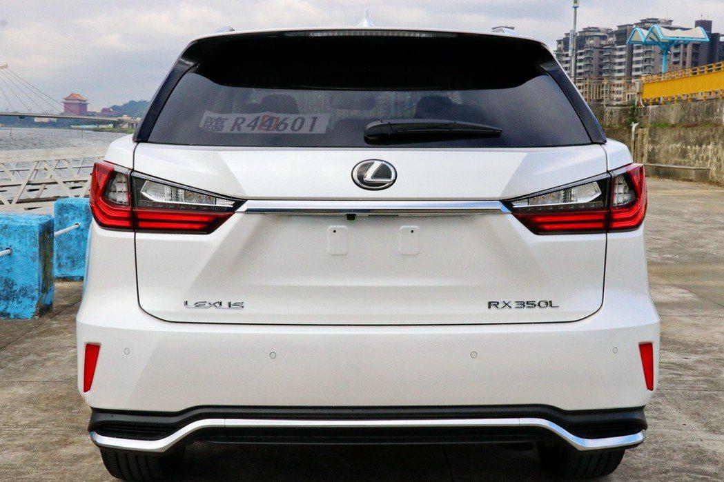車尾除了多出RX 350L銘牌彰顯身分外,其他與五人座RX相仿。 記者陳威任/攝...