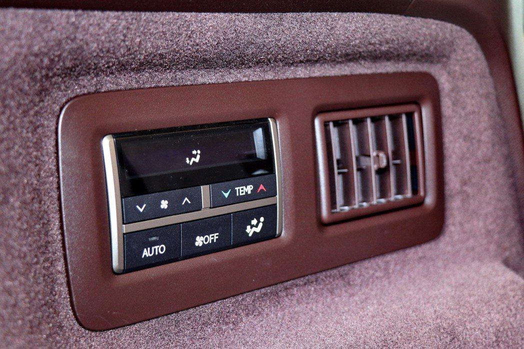 第三排也有專屬的恆溫空調及獨立控制空調面板配備。 記者陳威任/攝影