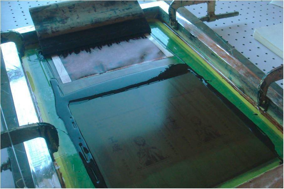 以手工絹印製作的《工廠》,以類似《鼠族》的擬動物技巧,刻畫出底層勞工工作的艱苦和...