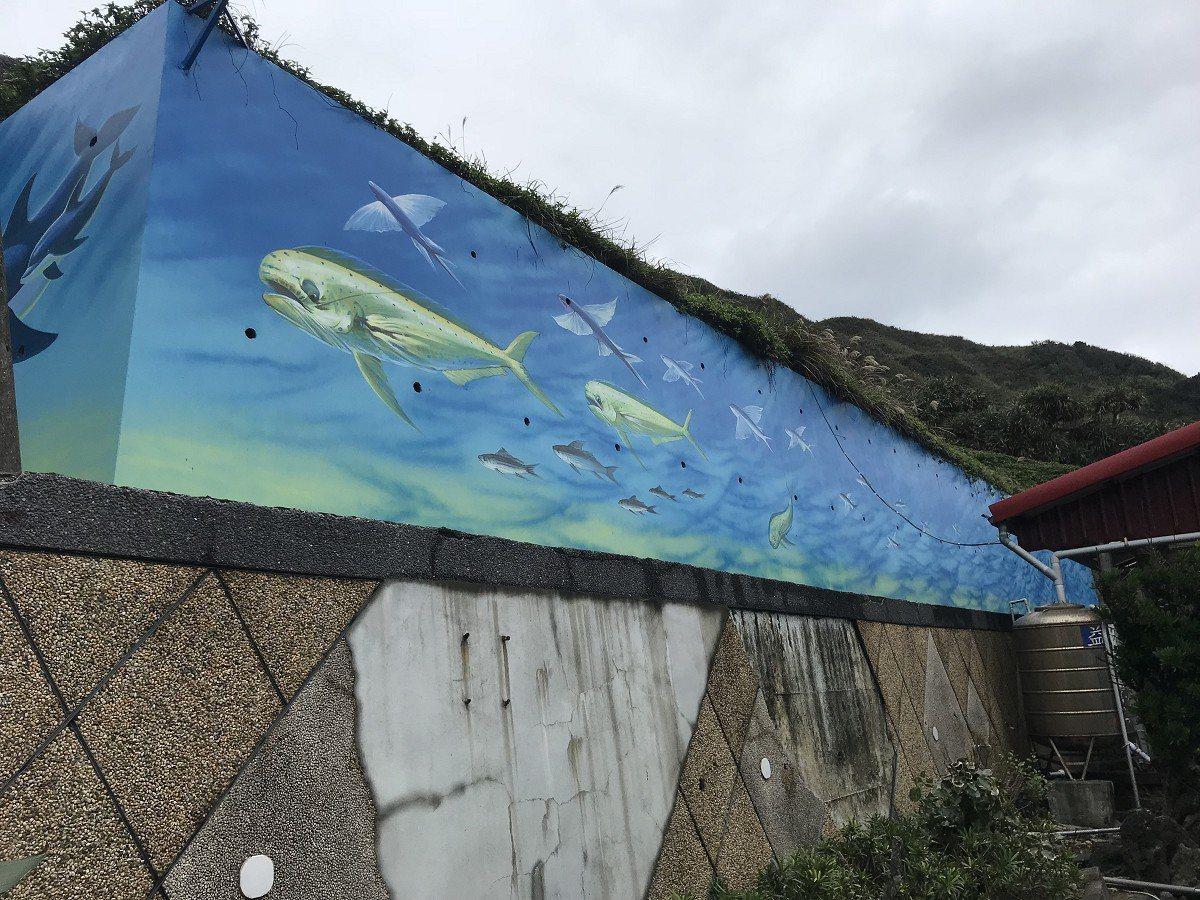 瑞芳區鼻頭國小邀請藝術家潘嘉霖將常見的鬼頭刀追食飛魚的畫面彩繪出來,展現當地海洋...