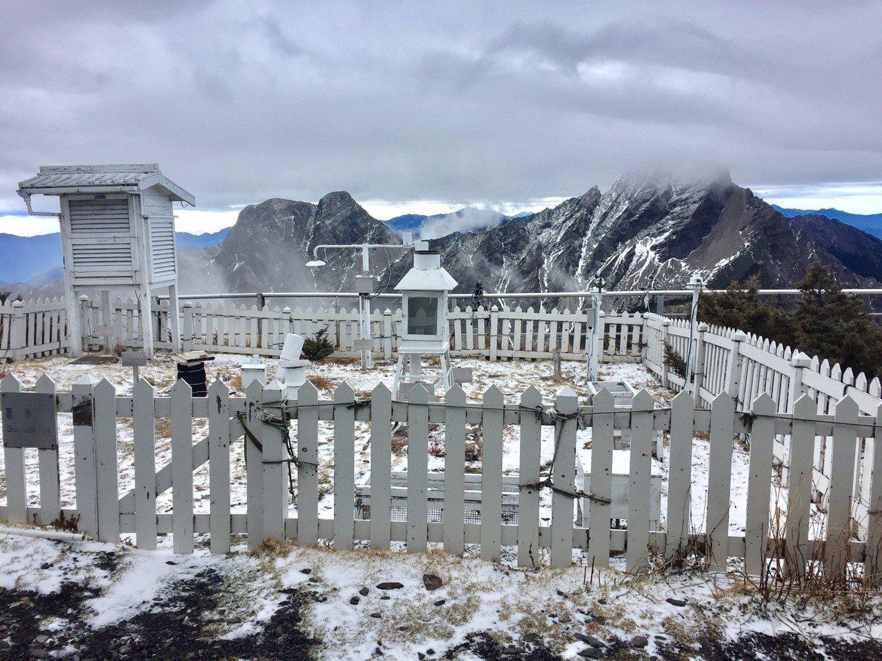 天冷又濕,玉山今天凌晨飄雪了。圖/玉山國家公園管理處提供