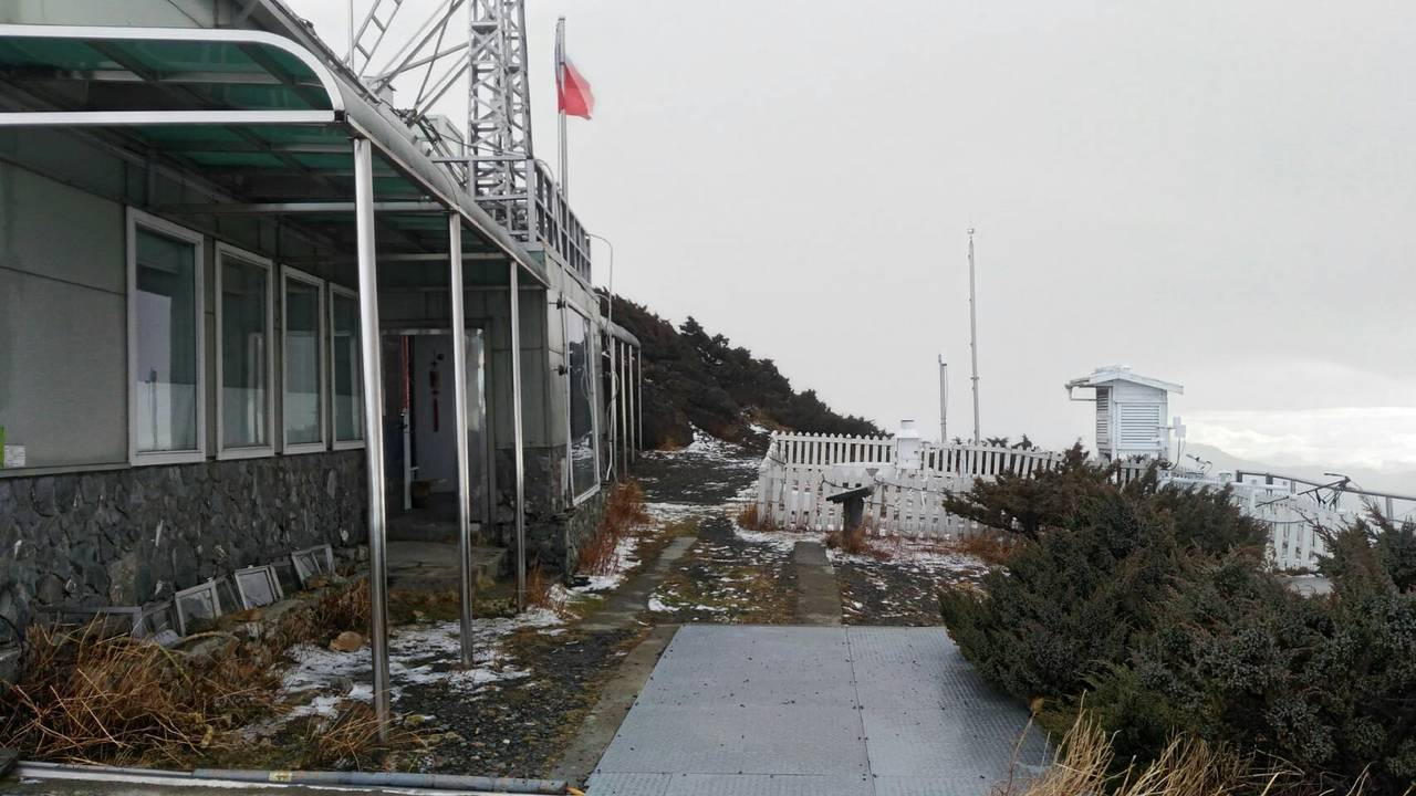 天冷又濕,玉山今天凌晨飄雪14分鐘。圖/玉山國家公園管理處提供