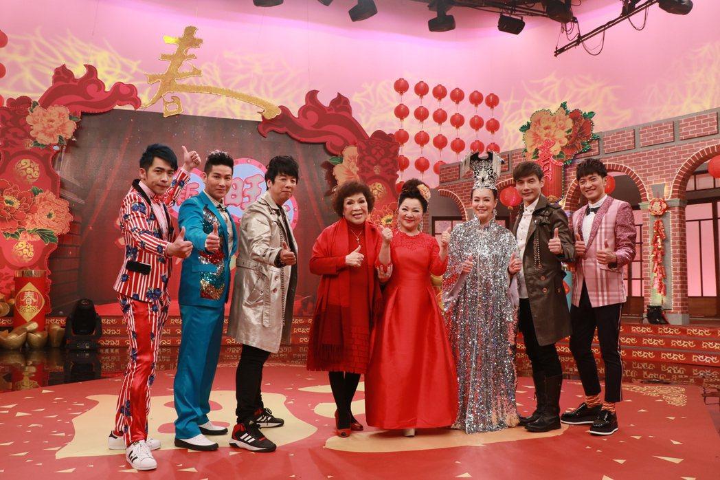白冰冰(右四)和周遊(左四)同台錄中視新春特別節目。圖/中視提供