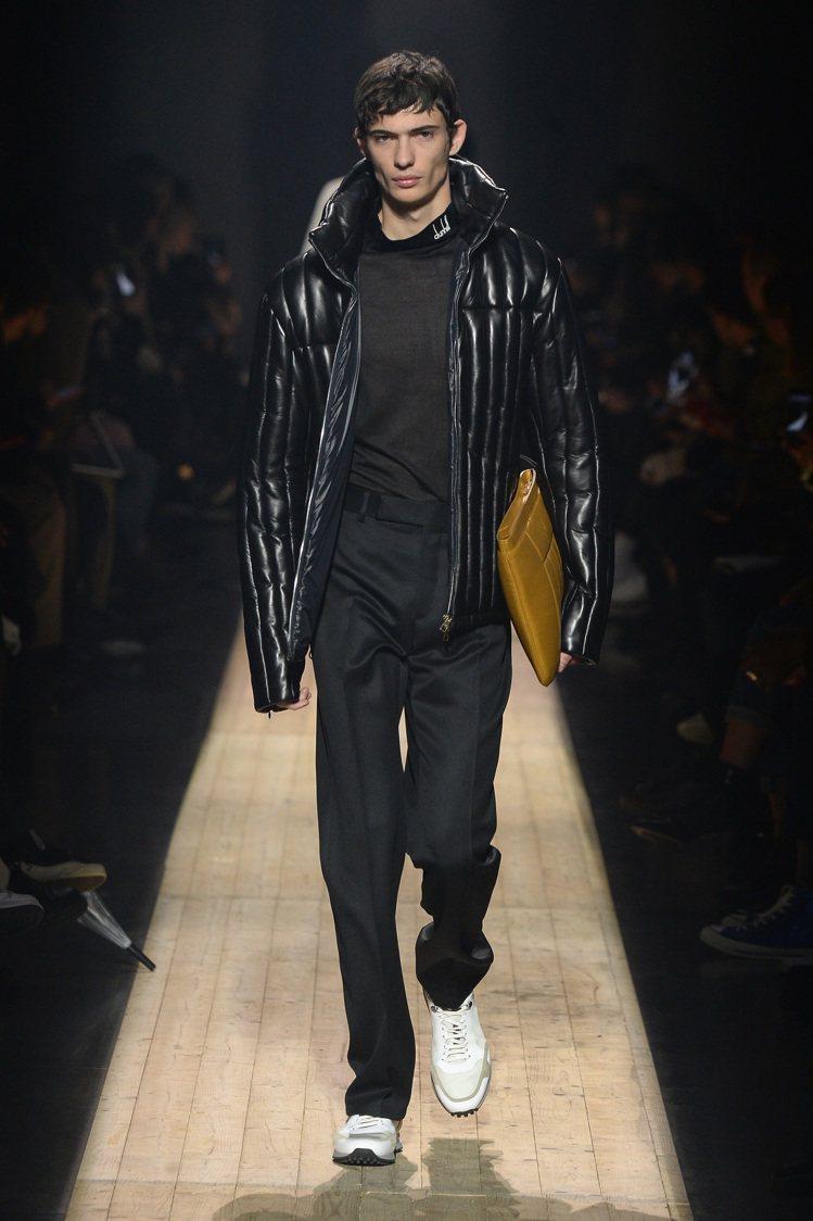 設計師Mark Weston顛覆dunhill傳統,增加更多新穎的元素,如墊肩、...