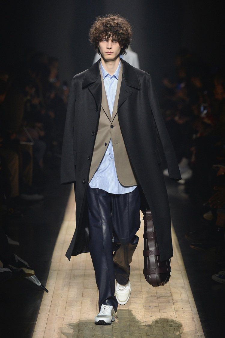 經典的大衣內搭休閒西裝外套、襯衫,層疊式的穿法配上寬鬆輪廓的褲款和運動鞋,相當的...