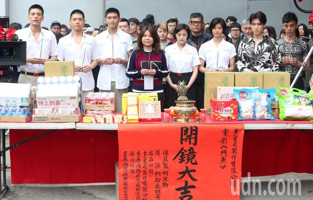 電影「鬥魚」製作人柯宜勤(前排左四)昨天率領演員主持開鏡儀式。記者侯永全/攝影