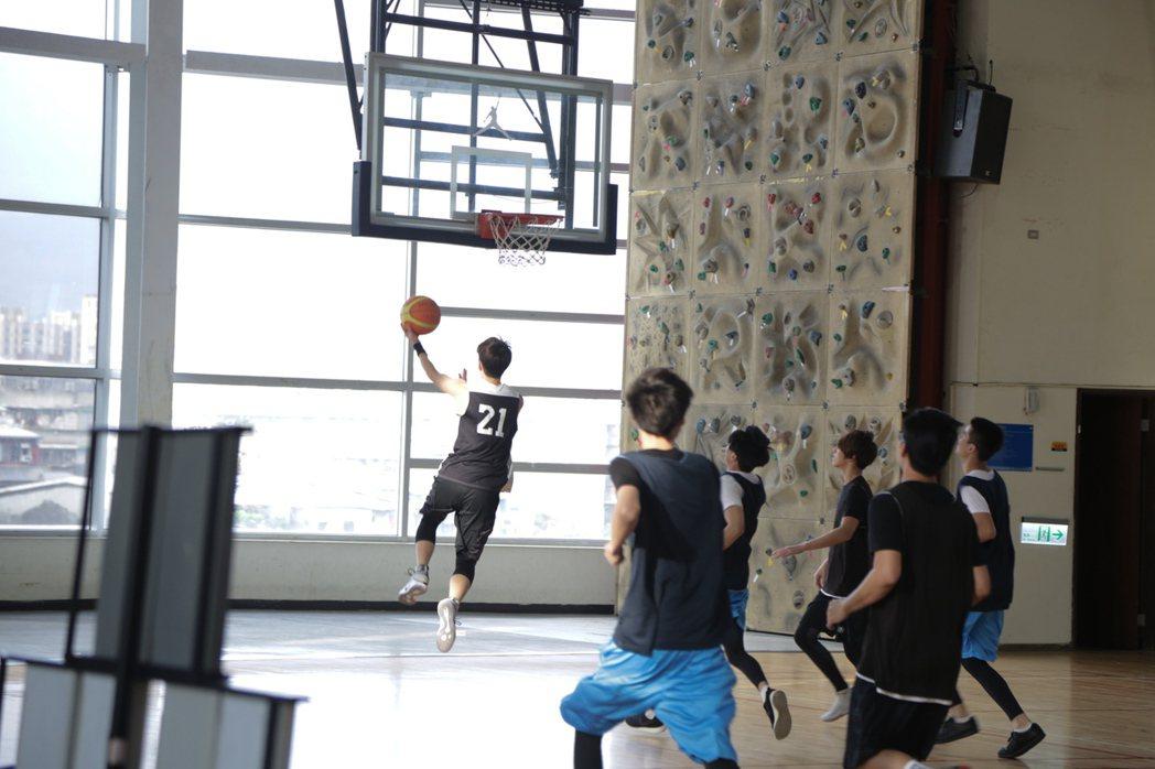林亭翰「遠方」MV描述籃球和音樂的抉擇。圖/青田文化提供