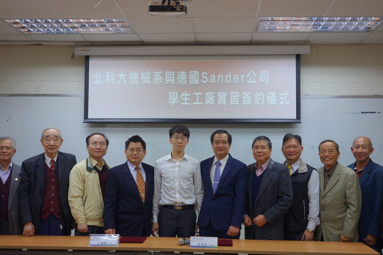 台北科技大學機械系學生張庭豪(白衣者)將於今年2月正式赴德國Sander公司進行...