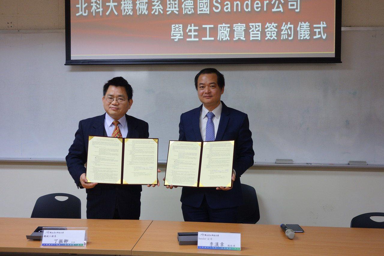 台灣模懋公司總經理李漢章(右)與北科大機械系主任丁振卿(左)簽約。圖/北科大提供