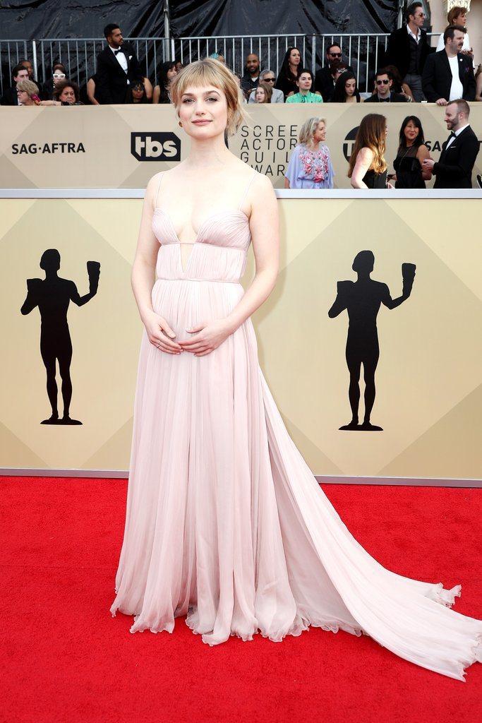 艾莉森羅蘭蘇朵穿MIU MIU粉色細肩皺褶禮服。圖/摘自popsugar