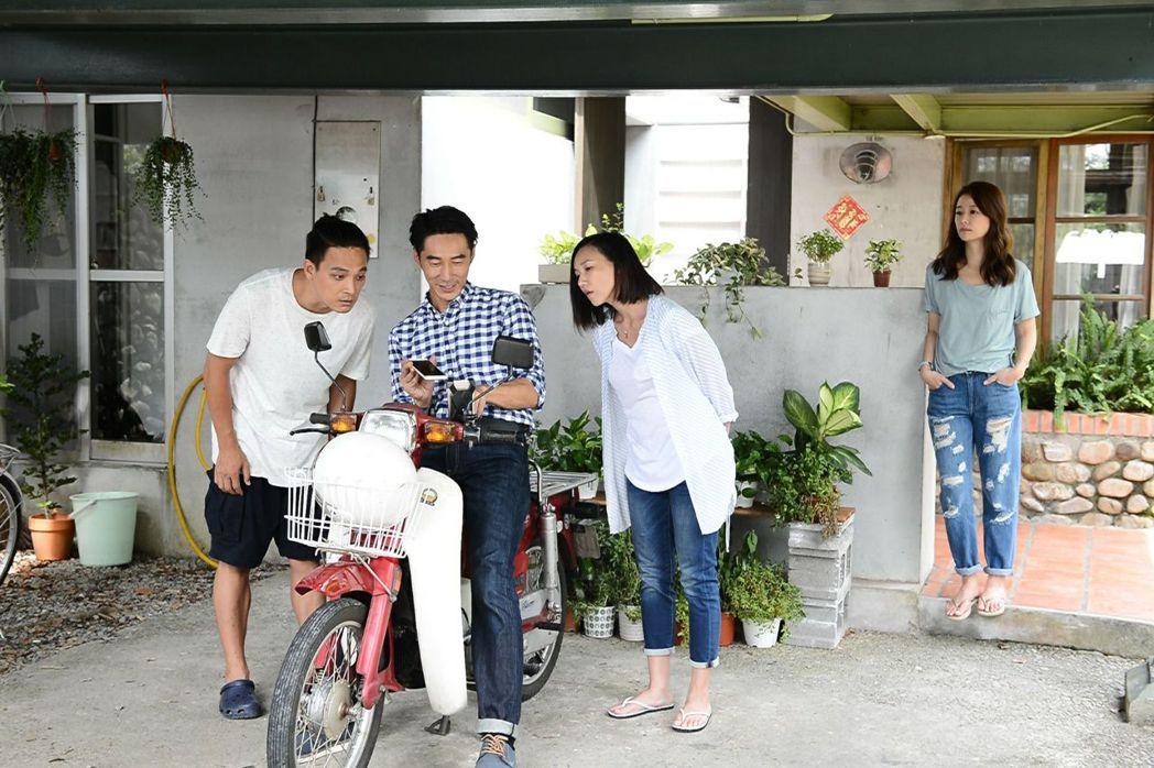 林心如(右起)劇中被姊姊張本渝介紹給李李仁。圖/八大提供