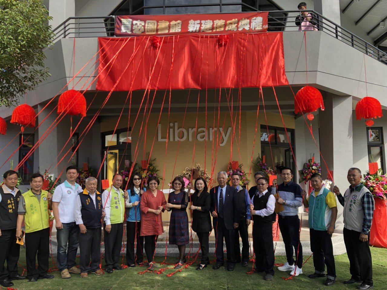 由私人捐資興建的全國第四座賈宓圖書館今天在屏東縣東港高中啟用。圖/校方提供