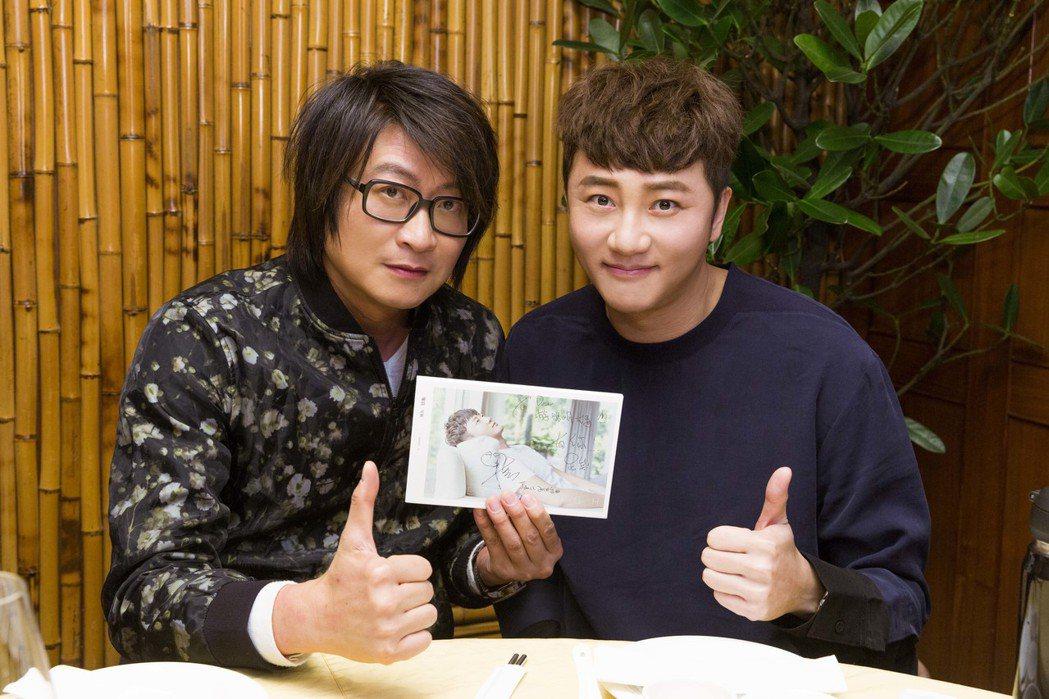游鴻明(左)盡地主之誼招待關喆品嚐台灣美食。圖/華納音樂提供