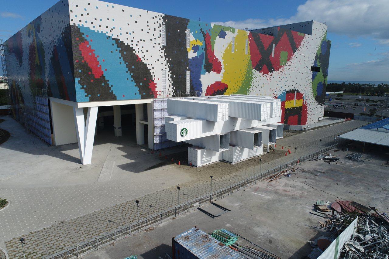 這座超吸睛的「貨櫃屋」星巴克,位在花蓮縣吉安鄉台開樂活園區內,緊鄰著台開所打造的...