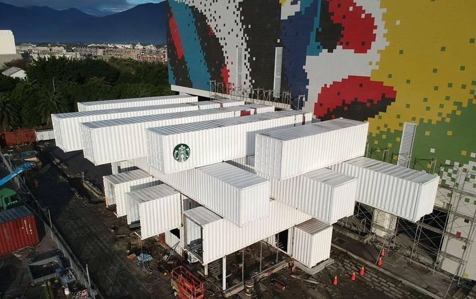 「貨櫃屋」星巴克尚未完工,就已吸引不少遊客來這裡拍照打卡。圖/民眾提供