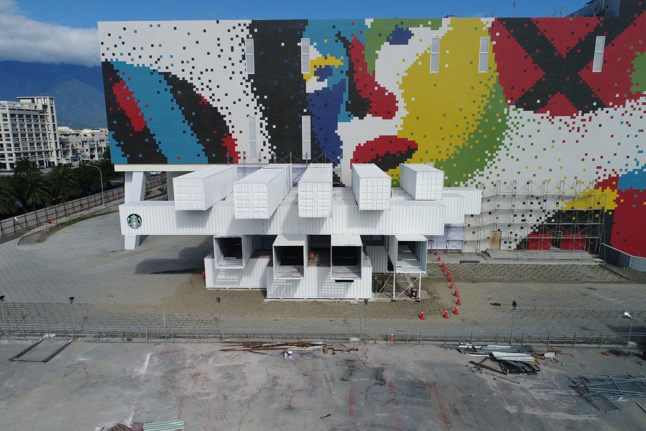 白色的貨櫃屋如積木般交錯堆疊,而星巴克標誌性的雙尾美人魚LOGO,就印在貨櫃屋上...