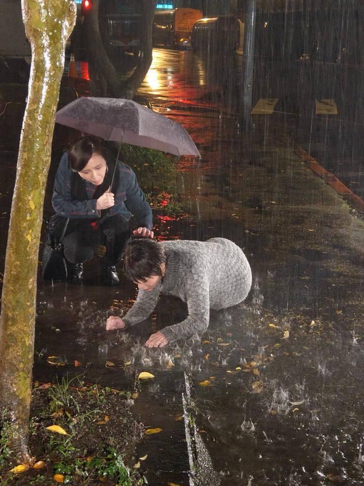 兵家綺戲裡遭報應,寒風中淋雨摔地。圖/摘自臉書