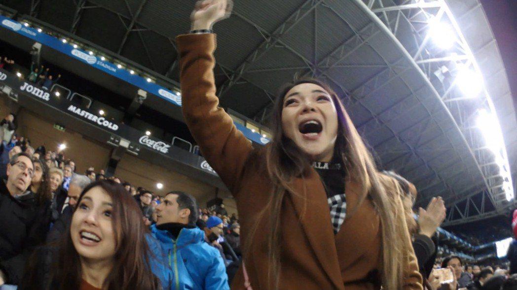 小甜甜為紅隊歡呼,後面藍隊球迷傻眼。圖/亞洲旅遊台提供