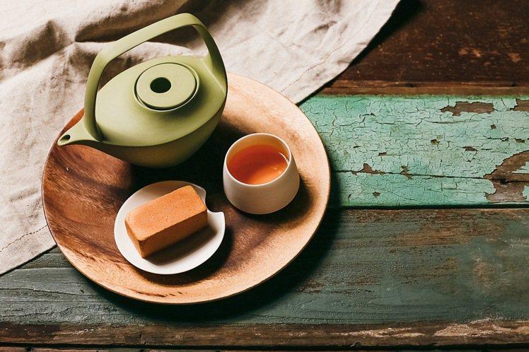 鳳梨酥烏龍茶禮盒,鳳梨酥10入、烏龍茶掛耳式茶包10入,售價820元。圖/微熱山...