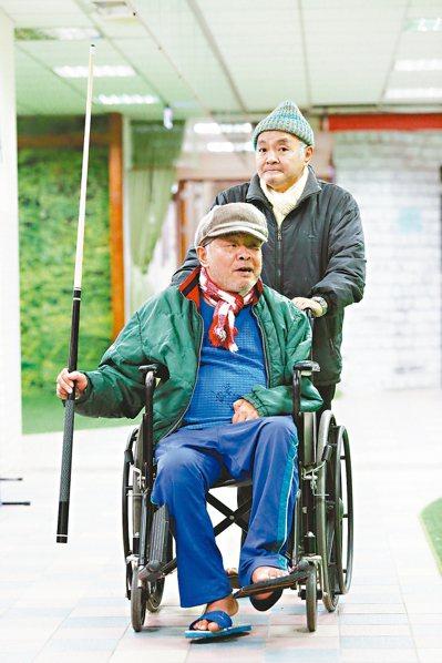 愈來愈多手足成為老後的依靠,這對住在浩然敬老院的兄弟檔,弟弟推著哥哥去打桌球。 ...