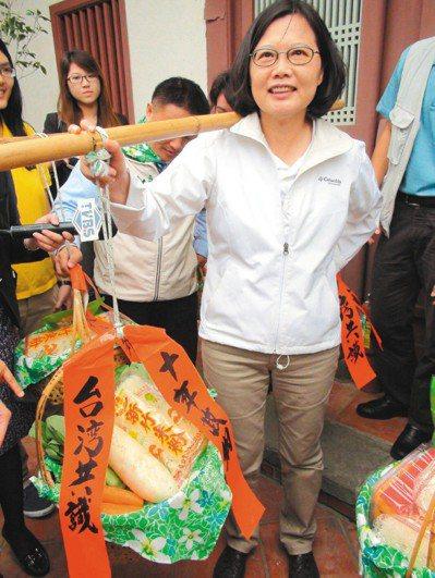 蔡英文在2011年競選總統時,提出「台灣共識」主張。圖為蔡英文在新竹客家文化學院...