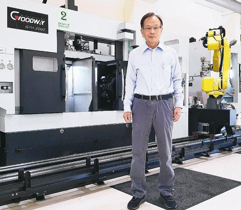 程泰集團董事長楊德華對新推出可節省75%人力的電動車傳動軸智慧產線,信心十足。 ...