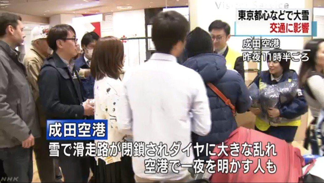 近萬人成田機場睡一夜 東京大雪交通打結