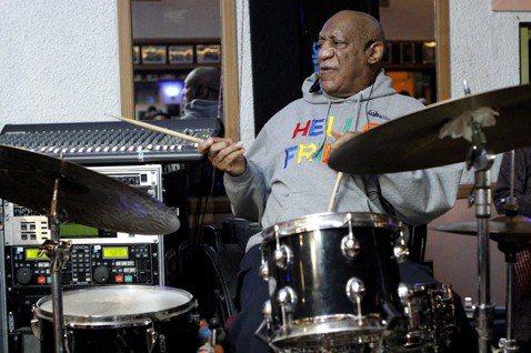 美國老牌諧星「天才老爹」比爾寇斯比因遭控性侵聲名狼藉,暫停演出近3年後,今天將重返舞台。他涉及的性侵案將於4月開庭重審。法新社報導,80歲非裔美籍的比爾寇斯比(Bill Cosby)是美國喜劇演員先...