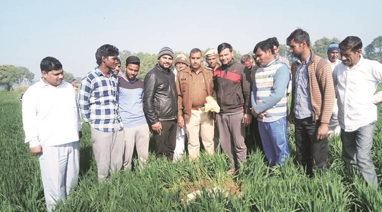 印度北部村莊天上掉下民航機遺漏的「人類排泄物」,當地居民以為是「隕石」,紛紛爭相...