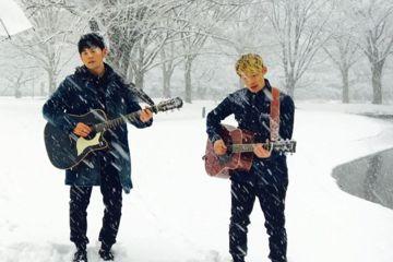 剛過完39歲生日的周杰倫,就帶著老婆昆凌飛到日本東京,剛好遇上大風雪,還分享他與Gary站在大雪中彈吉他的照片,笑稱兩人快變雪人了。周杰倫22日在IG上分享照片,他與Gary在大雪中拿著吉他彈唱,周...