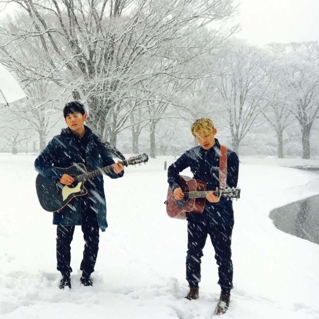 周杰倫(左)與Gary(右)在大雪中拍MV。 圖/擷自周杰倫IG