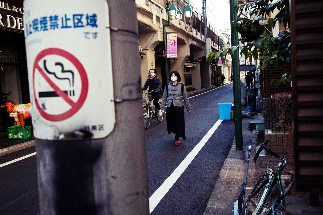 在「嫌煙」的浪潮下,過去堅守吸煙文化的地方也開始有了分煙措施。 圖/法新社