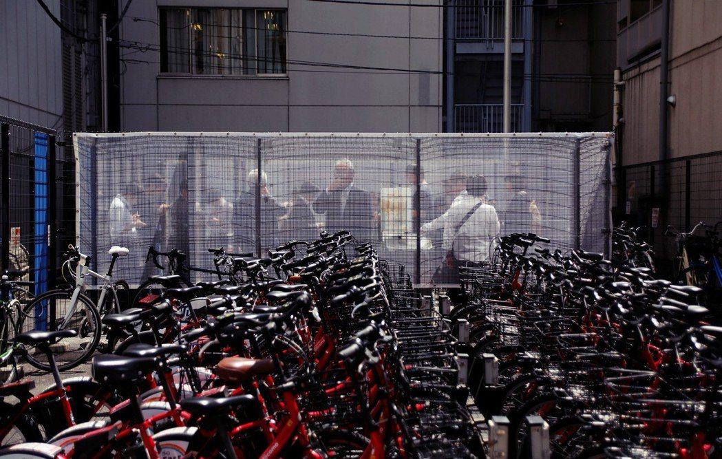 東京街頭的吸菸室:過去的吸煙大國日本也開始迎接了愛煙的黃昏。 圖/美聯社
